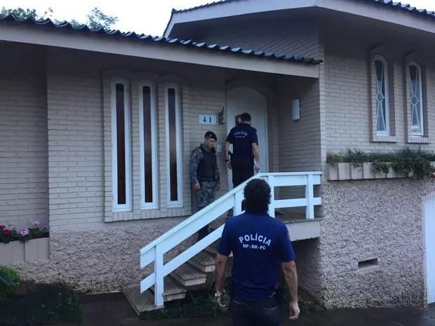 Casa onde foi cumprido mandado de busca e apreensão  (Foto: Giovani Grizotti/RBS TV)