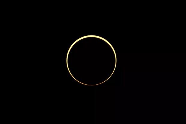 A lua passa entre o sol e a terra durante eclipse solar anular visto de Cingapura — Foto: REUTERS/Tim Chong