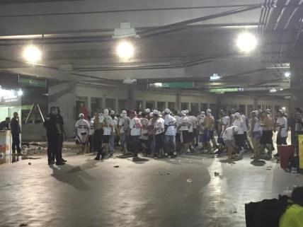 Torcedores do São Paulo deixam o estádio neste domingo — Foto: Emanuelle Ribeiro