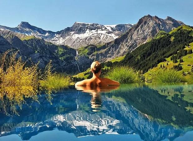 Cambrian Hotel, Adelboden, Suíça – Este é o visual deslumbrante da piscina ao ar livre do hotel, que fica situado em meio à paisagem irretocável dos Alpes suíços. A vista para a montanha está em todas as direções (Foto: Reprodução/BlogBlux)