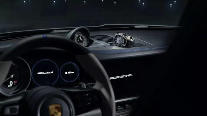 Junto com o jatinho e o Porsche vem um relógio para combinar com o conjunto — Foto: Divulgação