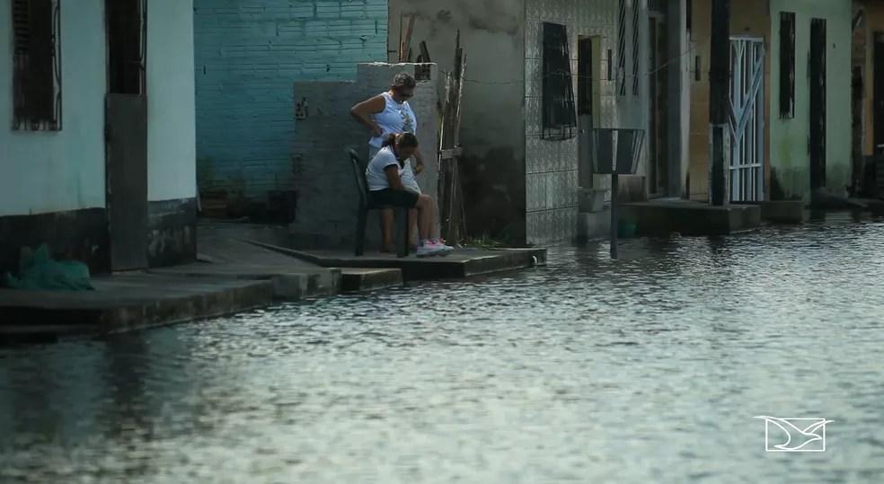 Várias ruas estão alagadas e famílias estão desabrigadas em Santa Helena após fortes chuvas — Foto: Reprodução/TV Mirante