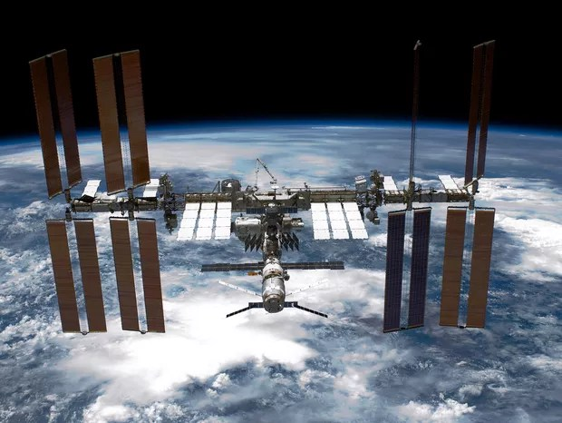 IN SPACE - MAY 29:  In this handout provided by National Aeronautics and Space Administration (NASA), back dropped by planet Earth the International Space Station (ISS) is seen from NASA space shuttle Endeavour after the station and shuttle began their po (Foto: Getty Images)