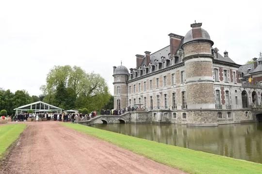 """O castelo de Beloeil, local da festa, conhecido como a """"Versalhes da Bélgica"""", é uma antiga fortaleza medieval  (Foto: Divulgação)"""
