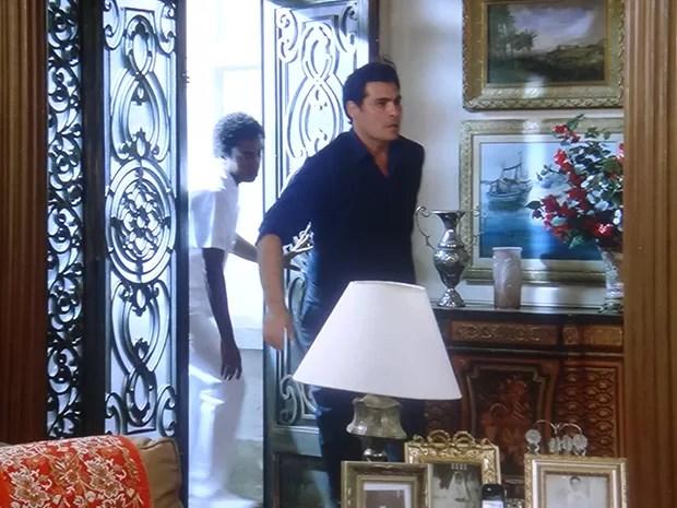 Marcos invade a casa de Samantha atrás de Caíque (Foto: TV Globo)