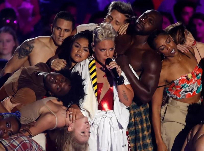 A cantora Pink se apresenta durante o VMA 2017 (Foto: REUTERS/Mario Anzuoni )