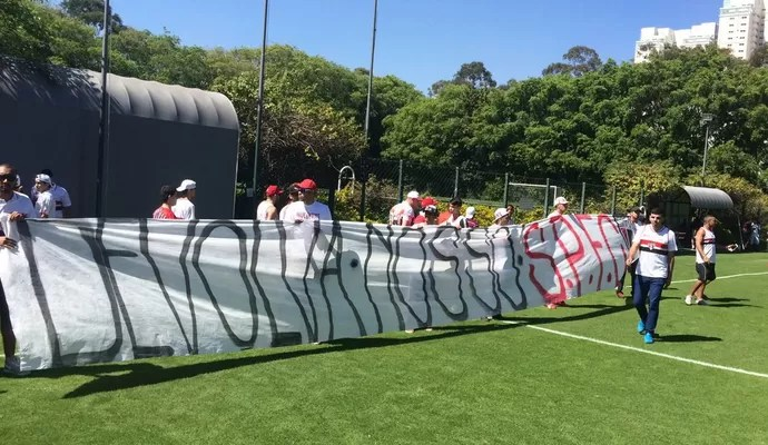 Protesto de torcida organizada do São Paulo no CT (Foto: Marcelo Hazan)