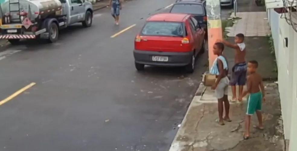 Última imagem dos meninos em rua de Belford Roxo antes de desaparecerem — Foto: Reprodução
