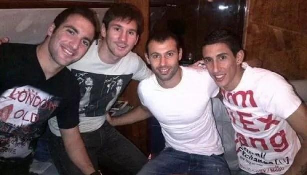 Higuaín, Messi, Mascherano e Di María no avião da Argentina (Foto: Reprodução / Twitter)