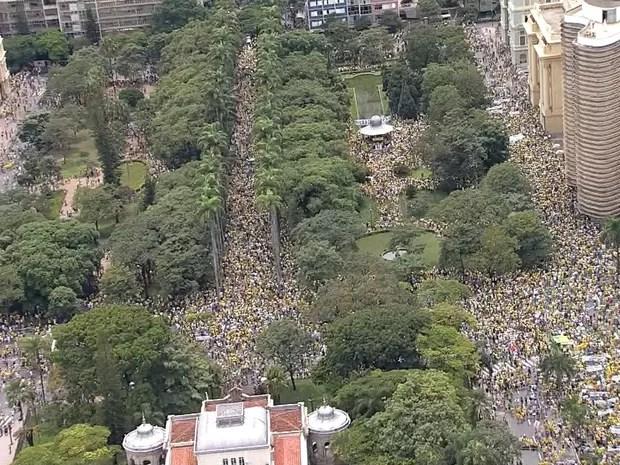 Praça da Liberdade tem 24 mil pessoas no protesto que pede o impeachment da presidente Dilma, segundo a Polícia Militar (Foto: Reprodução/TV Globo)