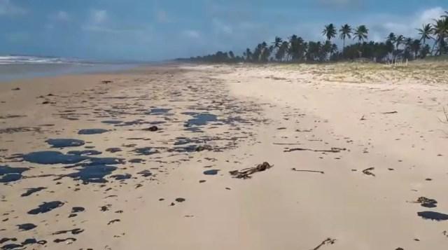 Manchas de óleo começam a chegar às praias de Camaçari 3
