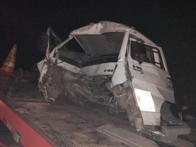 Colisão entre dois caminhões deixou três pessoas feridas em Palmares na quinta-feira (13) — Foto: PRF/Divulgação