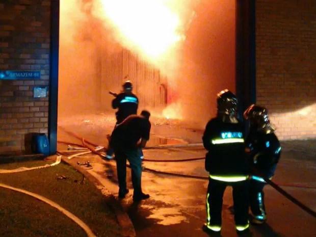 Bombeiros começaram a apagar as chamas por volta das 2h (Foto: Anderson Maciel Ferreira)