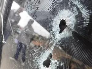 Tiros quebraram janela do carro e atingiram motorista e passageiros (Foto: Vitor Jubini/ A Gazeta)