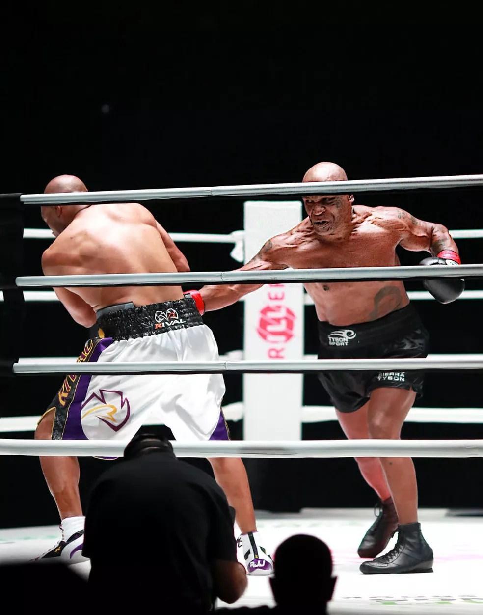 Mike Tyson voltou aos ringues contra Roy Jones Jr. no ano passado — Foto: Joe Scarnici/Getty Images for Triller