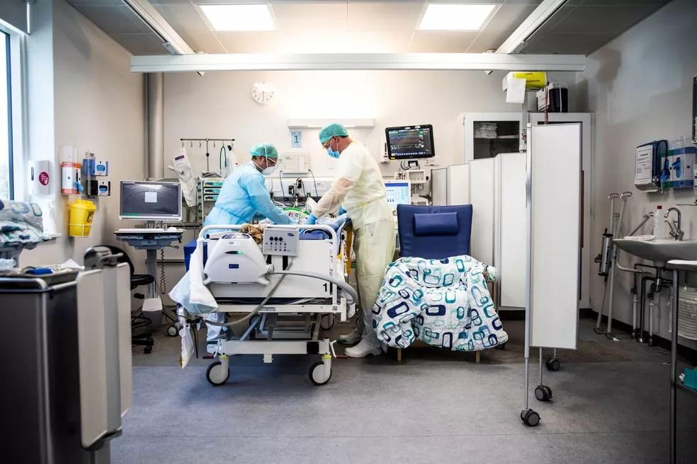 Equipe médica cuida de um paciente infectado pelo coronavírus em Unidade de Terapia Intensiva (UTI) de hospital em Copenhague, na Dinamarca — Foto: Ólafur Steinar Gestsson / Ritzau Scanpix / AFP