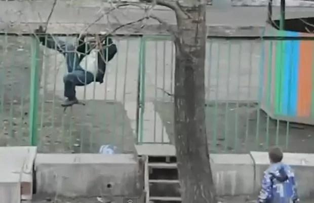 Bêbado passou vergonha ao se esforçar para pular com passagem lateral (Foto: Reprodução/YouTube/Roman Prag)