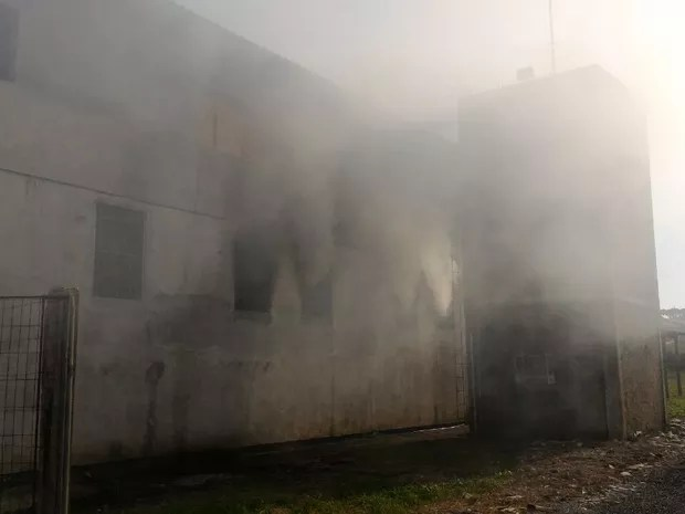 Incêndio atingiu Presídio Estadual de Guaporé, RS (Foto: Eduardo Godinho/Rádio Aurora)