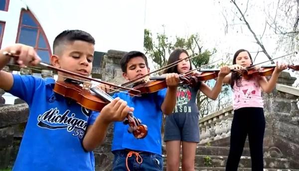 Crianças aprendem música em projeto social de Bagé — Foto: Reprodução/RBS TV