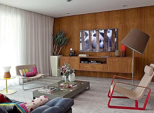 Em nome da praticidade no dia a dia, a designer de interiores Magda Marconi instalou o mesmo piso de porcelanato em todos os cômodos e, para torná-los aconchegantes, investiu nos painéis de madeira, que revestem algumas paredes e também separam ambientes (Foto: Luis Gomes/Casa e Jardim)