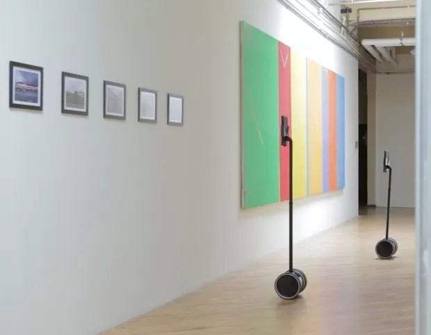 Usuários do double em uma exposição de arte. Eles podem ver as obras sem sair de casa (Foto: Divulgação)