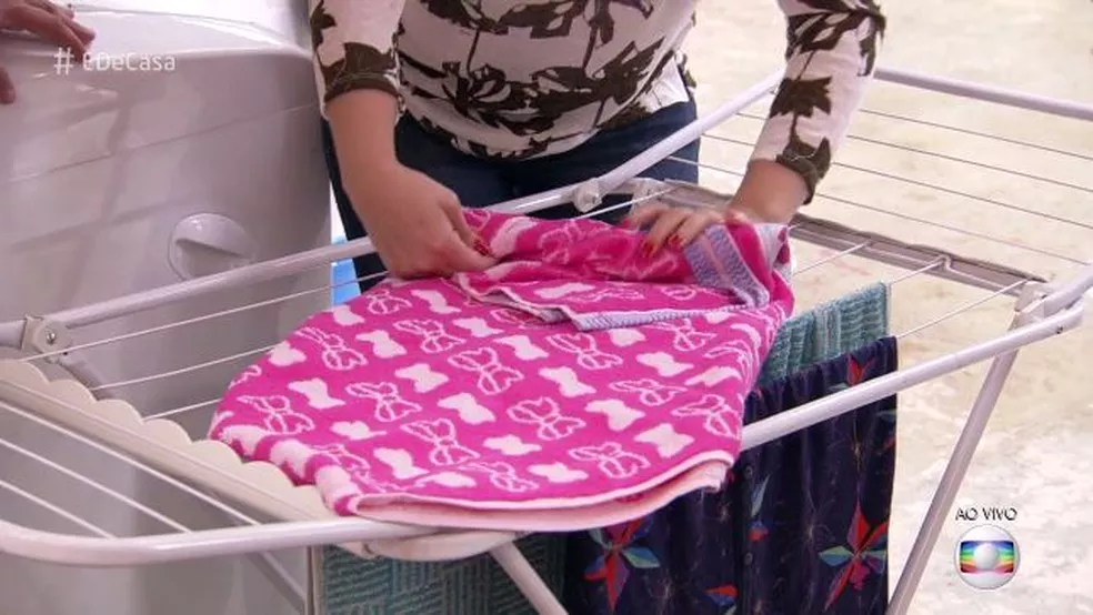 Enrole a toalha desta forma (Foto: TV Globo)