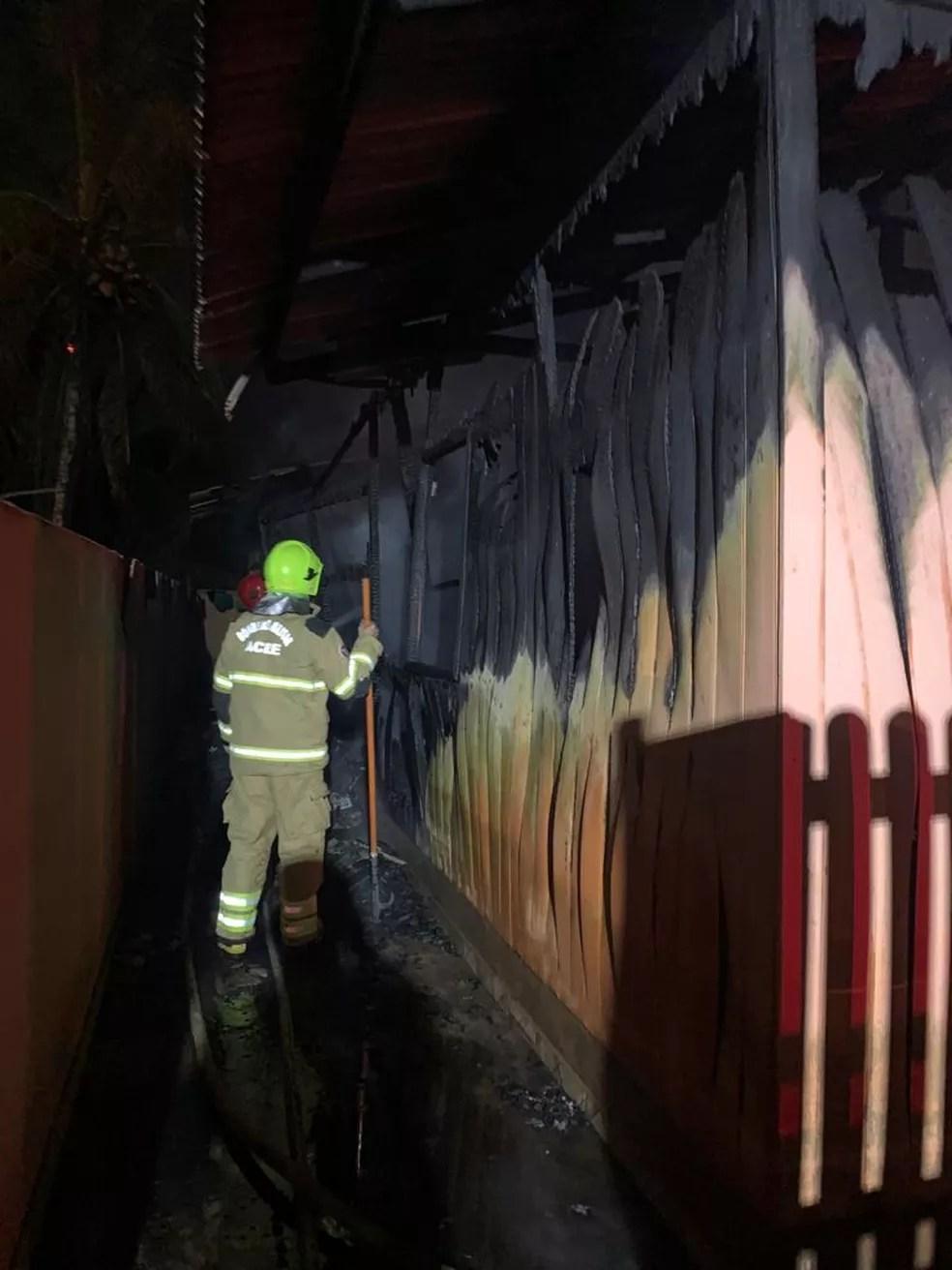 Após duas horas de combate, os bombeiros conseguiram controlar as chamas — Foto: Asscom/Corpo de Bombeiros do Acre