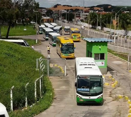 Ônibus de viagens intermunicipais saíram da rodoviária de Natal sem passageiros, em direção à BR-101, para protestar contra aumento de combustíveis (Foto: Olinto Bezerra/Inter TV Cabugi)