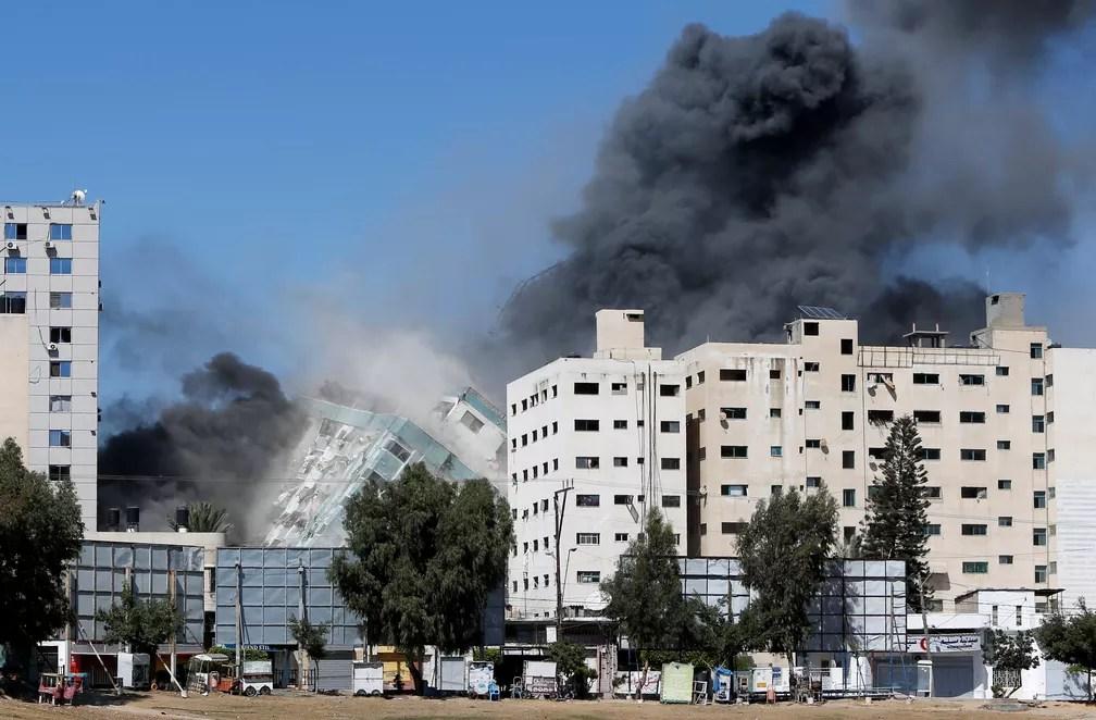 Torre em Gaza que abriga AP e Al Jazeera desmorona após ataque de míssil na cidade de Gaza, em 15 de maio de 2021 — Foto: Mohammed Salem/Reuters