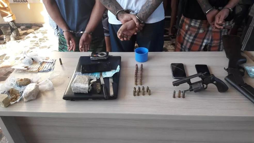 Porções de drogas, armas, celulares e balança de precisão foram apreendidas durante operação — Foto: PM/Divulgação