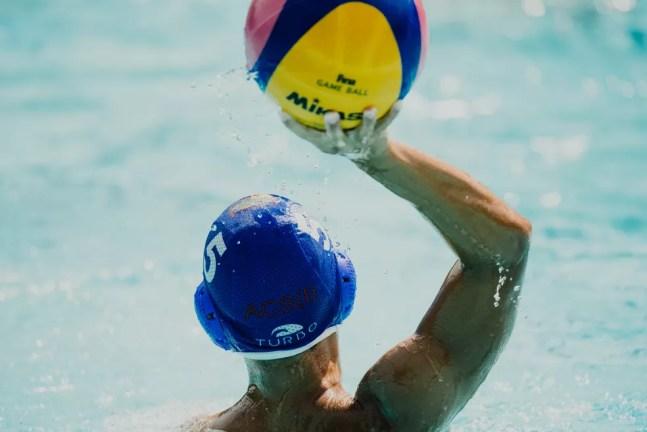 Dicas para escolha dos óculos por quem sofre com miopia ou astigmatismo valem também para praticantes de polo aquático com esses problemas — Foto: Unsplash