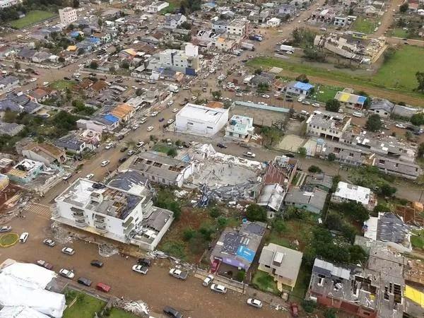 Dia 21: Xanxerê um dia após tornado (Foto: BOA/Divulgação)