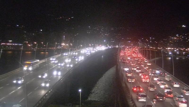 Trânsito na Ponte Pedro Ivo Campos às 20h45 — Foto: Reprodução/NSC TV