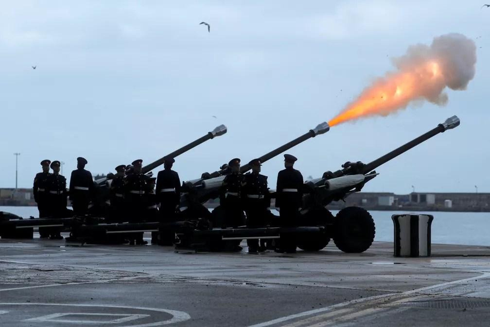 Soldados do regimento real de Gibraltar disparam canhões em homenagem ao príncipe Philip — Foto: Reuters/Jon Nazca