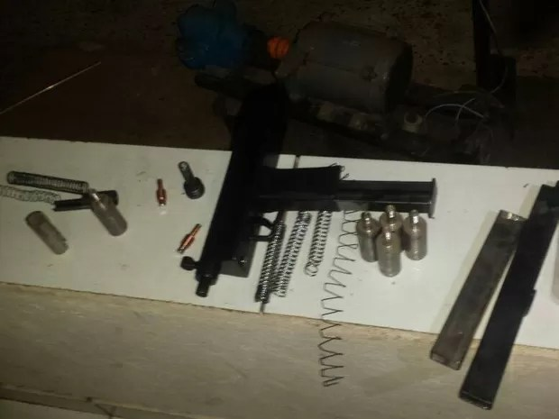 Polícia encontra fábrica clandestina de armas artesanais em Uberlândia (Foto: Polícia Militar/Divulgação)
