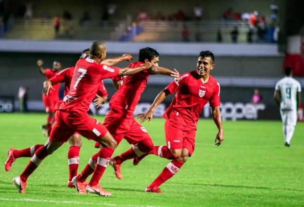 Willians Santana, com a camisa 7, comemora o gol de Alisson Farias — Foto: Ailton Cruz/Gazeta de Alagoas