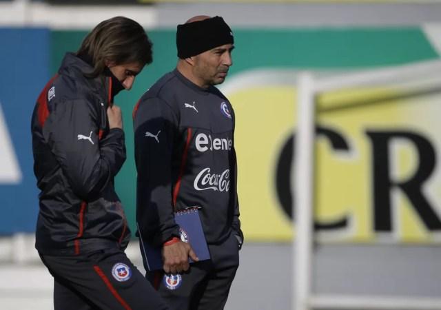 Beccacece, à esquerda, ajudou Sampaoli a conquistar a Copa América de 2015, pela seleção chilena, em casa (Foto: AP Photo/Jorge Saenz)