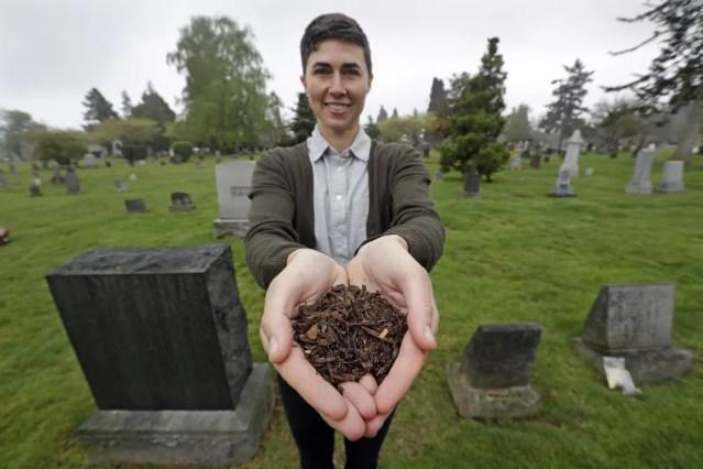A diretora da empresa Recompose, Katrina Spade, que pretende usar a compostagem humana como uma alternativa à cremação ou ao enterro. Spade estava ao lado do governador no momento em que a lei foi sancionada. — Foto: Elaine Thompson/AP