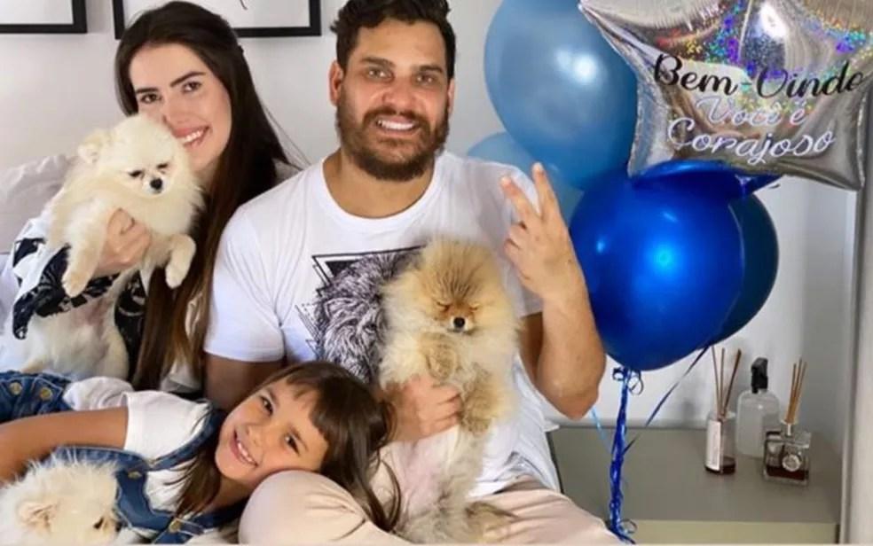 Cauan posa com namorada, filha e cachorros após deixar hospital — Foto: Reprodução/Instagram