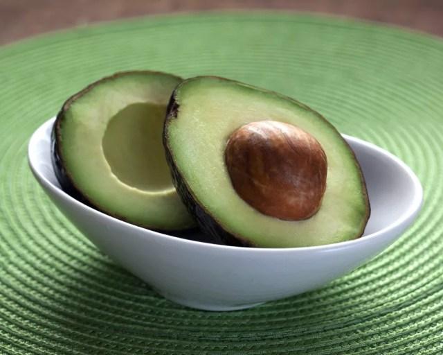 Abacate tem propriedade anti-inflamatória e fibras que ajudam na eliminação das toxinas — Foto: Reprodução/Internet