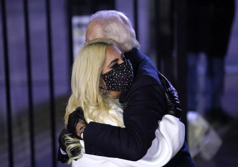 Joe Biden abraça Lady Gaga no comício do dia 2 de novembro, em Pittsburgh — Foto: Andrew Harnik/AP