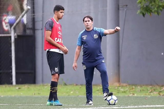 Kaique Rocha ao lado do técnico Luciano Santos — Foto: Pedro Ernesto Guerra Azevedo/Santos FC