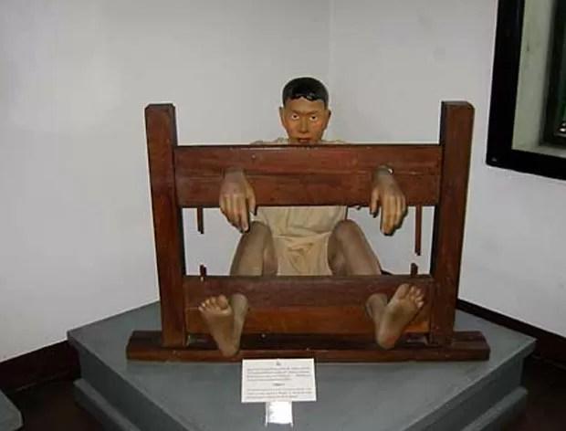 O cruel legado das torturas e a evolução da pena de morte na Tailândia são as principais atrações de um museu na velha prisão de Bangcoc. Entre outras lembranças macabras, o Museu Penitenciário de Bangcoc guarda o sabre utilizado pelo último carrasco para decapitar o réu e exibe uma foto de um sorridente Chavoret Jaruboon com sua arma, com a qual executou 55 condenados até 2002. (Foto: Divulgação)