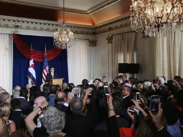 O ministro de Relações Exteriores de Cuba, Bruno Rodríguez, discursa durante abertura da embaixada de Cuba em Washington nesta segunda-feira (20) (Foto: Chip Somodevilla/Getty Images/AFP)