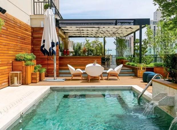 Jardim piscina e boa marcenaria repaginam cobertura de