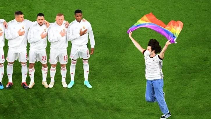 Ativista LGBTQ+ invade o gramado e abre bandeira nas cores do arco-íris