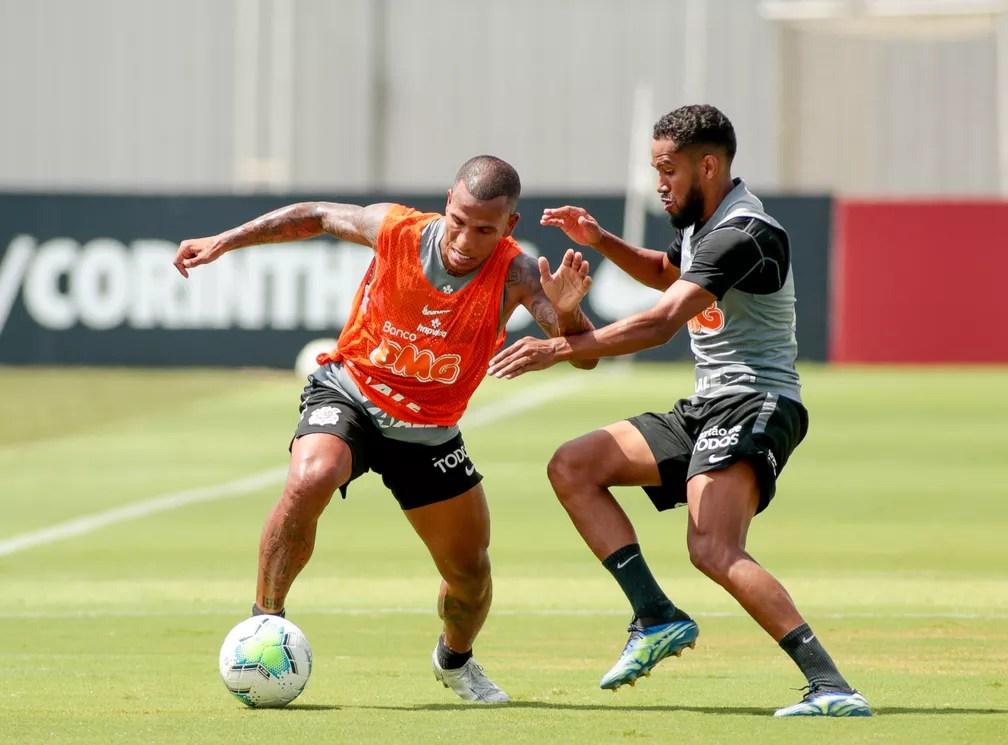 Everaldo encara Otero no treino do Corinthians — Foto: Rodrigo Coca/Ag. Corinthians