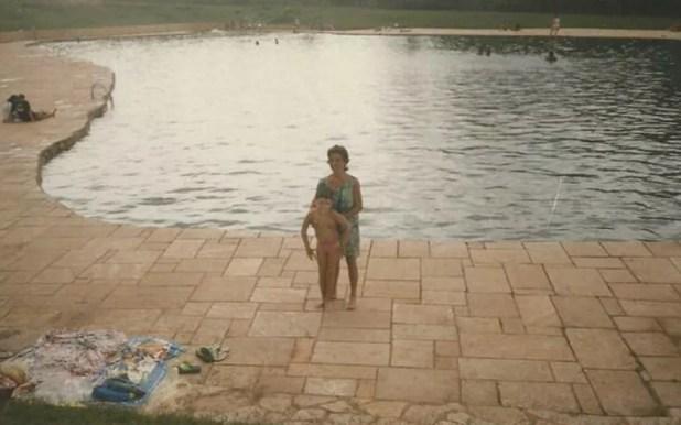 Luiz, criança, sendo segurado pela mãe, no Parque Nacional de Brasília (Foto: Arquivo pessoal)