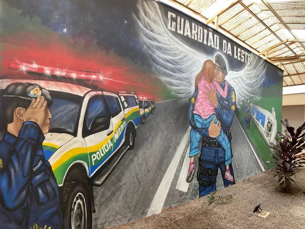 Painel mostra o PM Sandro recebendo o PM Rogério após morte em serviço em Porto Velho — Foto: 5º BPM/Divulgação