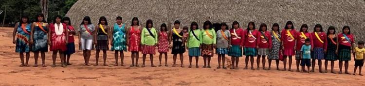 Mulheres da etnia Ikpeng, no Xingu, coletam as sementes que são utilizadas para recompor a mata ciliar em fazendas de Mato Grosso (Foto: Neide Duarte)